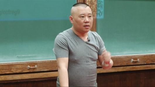 郭德纲现身哥大 分享中国相声的复兴之路