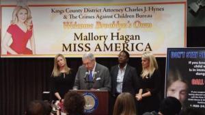 美国小姐联手布鲁克林地检宣传 反对性侵儿童