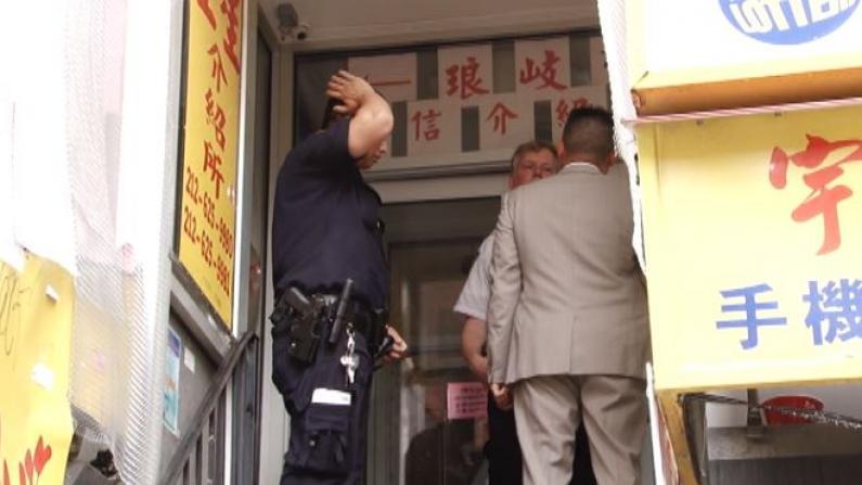 醉汉上网遭拒挥刀相向 华裔店员受伤