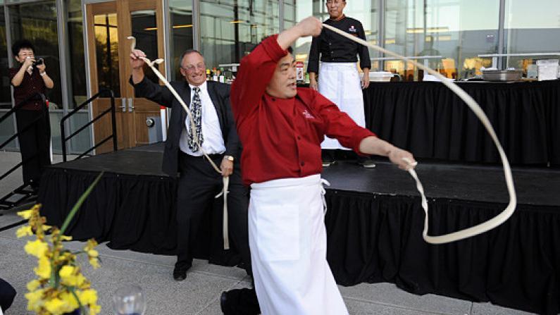 全球首家美食主题孔子学院加州揭牌 现场跳起拉面舞