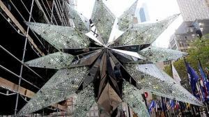 施华洛世奇水晶星登顶洛克菲勒圣诞树