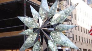 水晶圣诞之星登顶洛克菲勒圣诞树