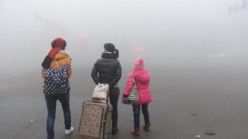中国多地大雾阻回家路 机场关闭高速封路