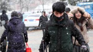 中国春运返程高峰遭遇雨雪天 高铁限速