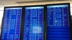 拉瓜迪亚机场看板一片红 滞留旅客焦急等待