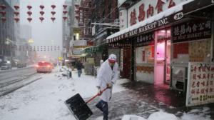 纽约各地通勤一片混乱 清理工作进展缓慢
