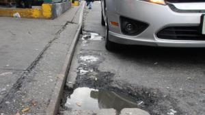 纽约路面破坑多 司机年损失2300美元