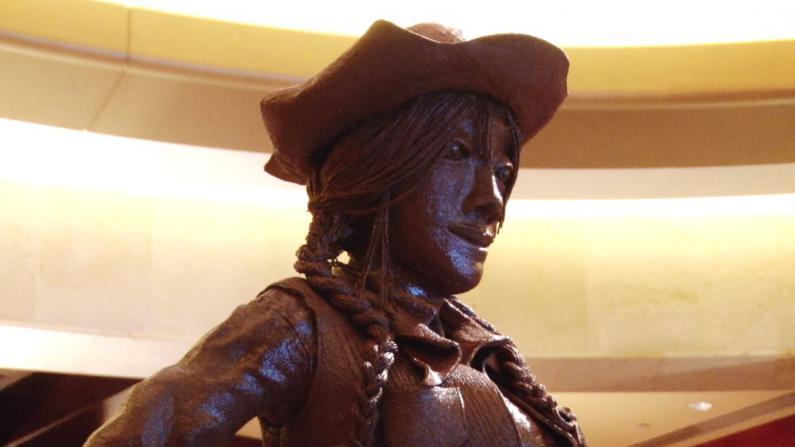 250磅黑巧克力打造牛仔雕塑 西部风情为牛仔节揭幕