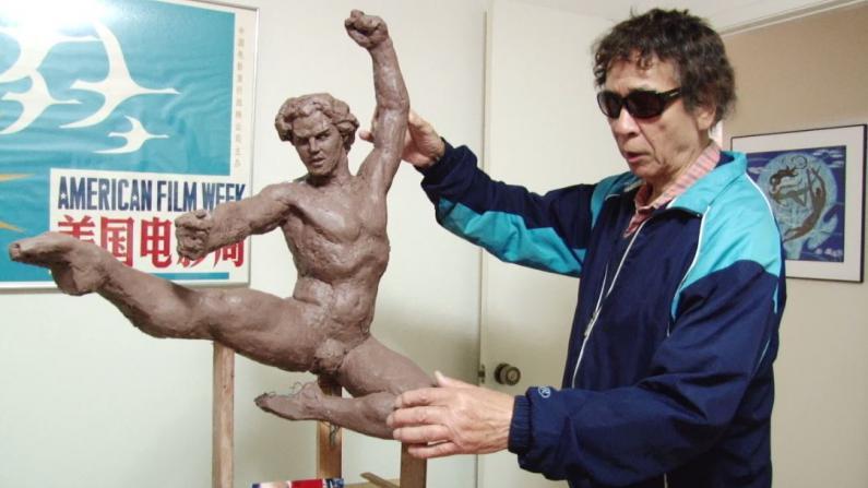 旅美华裔艺术家王维力 曾为老布什打造浮雕 免费教课22年