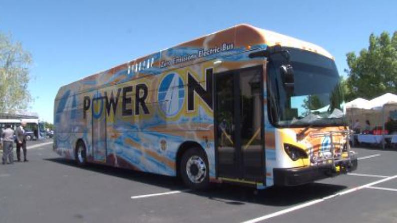比亚迪北美首批电动大巴下线并交付使用