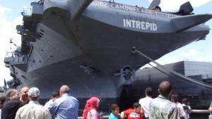 纽约军舰周人气旺 中国游客组团前来
