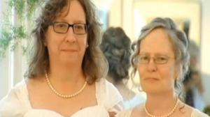 伊州同性婚姻法生效迎领证狂潮  民众反应各异