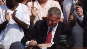 白思豪签署市民卡法案 纽约无证移民福音