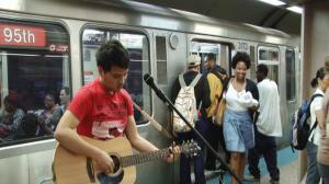 芝加哥地铁卖唱 留学生暑期体验生活赚外快