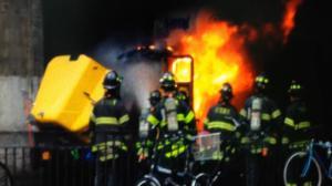 缅街长岛铁路桥下车辆自燃 驾驶舱烧成骨架