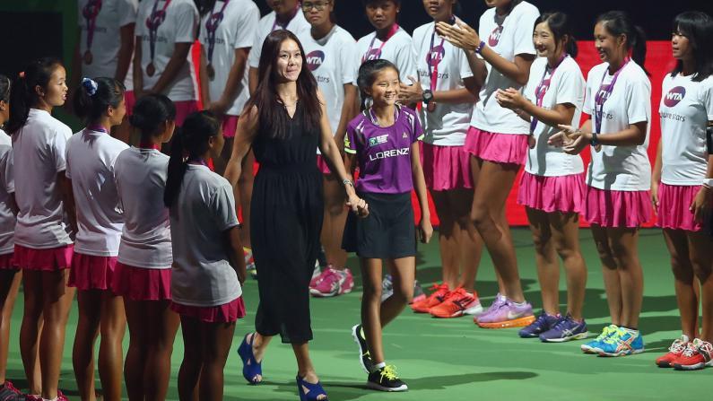 李娜为WTA总决赛揭幕 穿高跟鞋秀球技