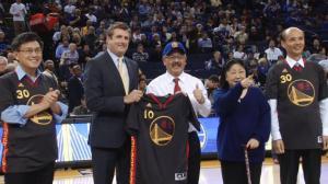 勇士队穿中文球衣主场欢庆羊年  NBA赛场中国年味浓