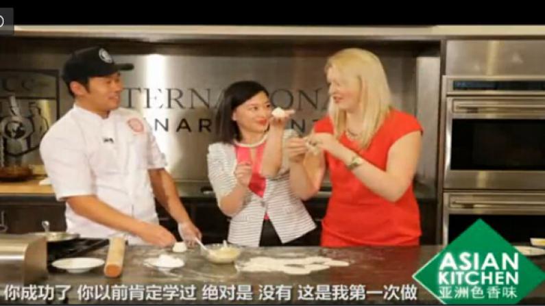 """大人小孩都爱吃 """"煎蟹饺""""和""""叉烧肉夹馍"""""""