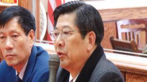 黄根弟举行报告 谈中国两会收获