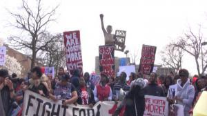 芝加哥上千人抗议 要求调涨最低时薪至15元