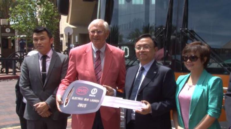 比亚迪洛杉矶交付首批全电动绿色大巴 未来将引入电动卡车