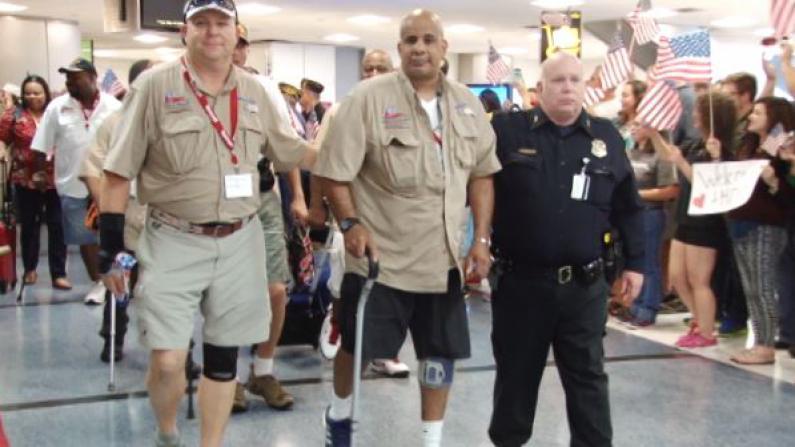 数百伤残军人抵休斯敦接受治疗 全城机场欢迎英雄回家