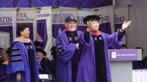 紫罗兰渲染洋基球场 八千学子参加纽约大学毕业典礼