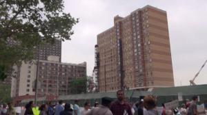 豪华公寓施工致紧邻楼宇现安全问题 下东城华埠住户工地前抗议