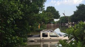 德州中北部洪流下涌 休斯敦密切关注水位