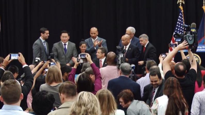"""州长库默正式签署""""美甲工人权利法案"""""""