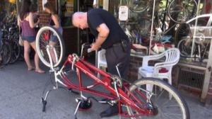 七分局警员华埠注册自行车 鼓励华裔外卖郎前来注册