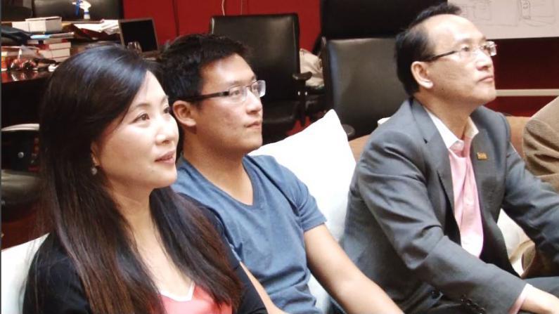 硅谷华裔聚会观看阅兵直播 情到浓处高唱《义勇军进行曲》