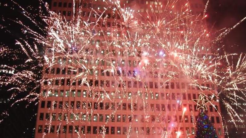 休斯敦点亮圣诞树仪式圆满落幕   明星聚集数千民众同庆祝