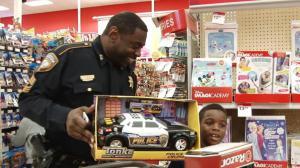 警察球星陪同免费购物 休斯敦低收入家庭儿童获圣诞大礼