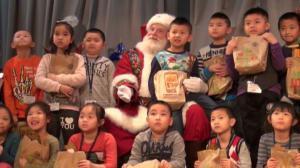 环球狮子会下东城邀小朋友提前过圣诞 圣诞老人到场亲自派发礼物