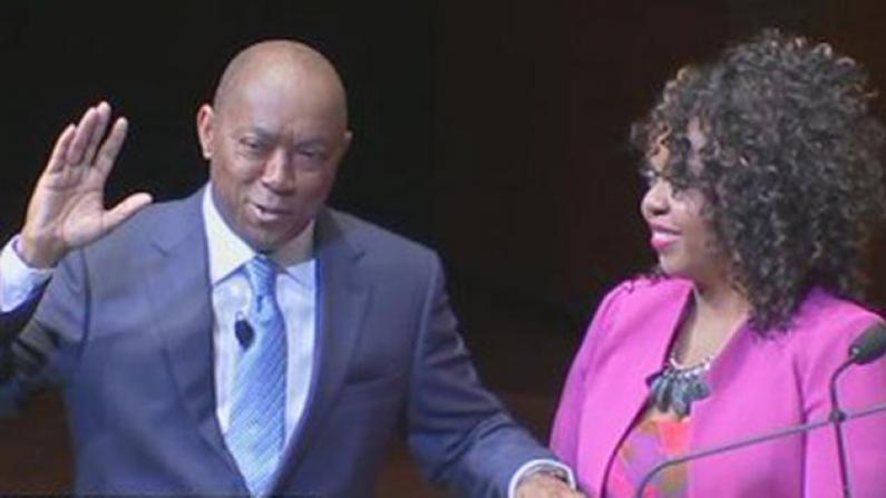 休斯敦新市长宣誓就职 承诺改善道路治安获民众支持