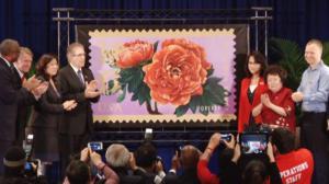 美国邮政总局举办猴年邮票发布会 民众争相购买