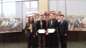 铁路华工形象首次走进斯坦福校园 华裔画家创作油画捐赠该校图书馆