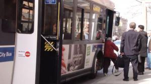 布鲁克林巴士急刹车华女跌倒送医 巨额医药费找谁赔?