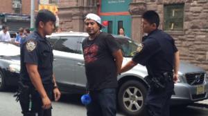 华裔女店主不堪西裔小偷骚扰 抄铁棍奋起反抗
