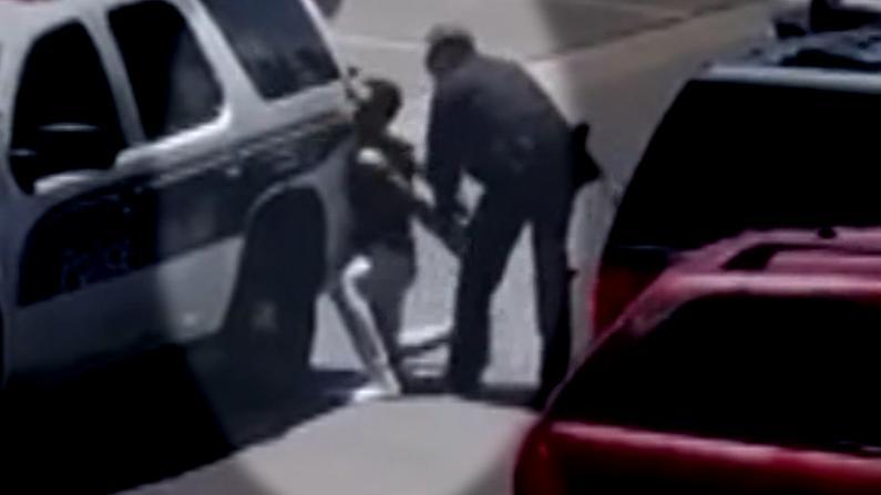 女儿拿了一元店娃娃 爸爸被暴力拘捕