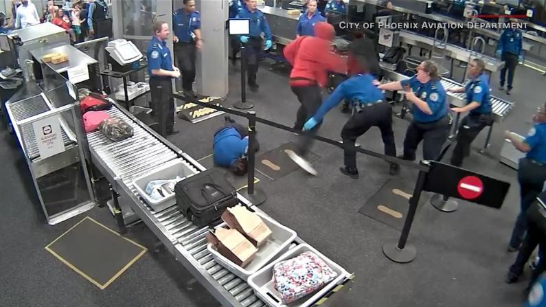 【监控】男子突然暴走怒闯机场安检大打出手
