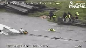 休斯敦游民被困河中 为保家当投诉救援队?