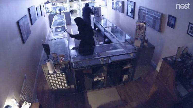 锤子砸柜警铃大作 湾区珠宝店深夜遭遇暴力打劫