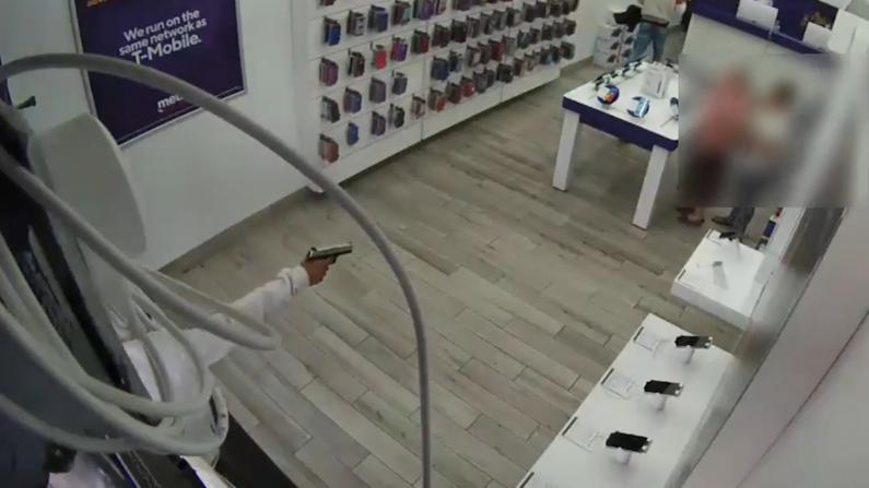 惊!休斯敦一店铺光天化日遭持枪打劫