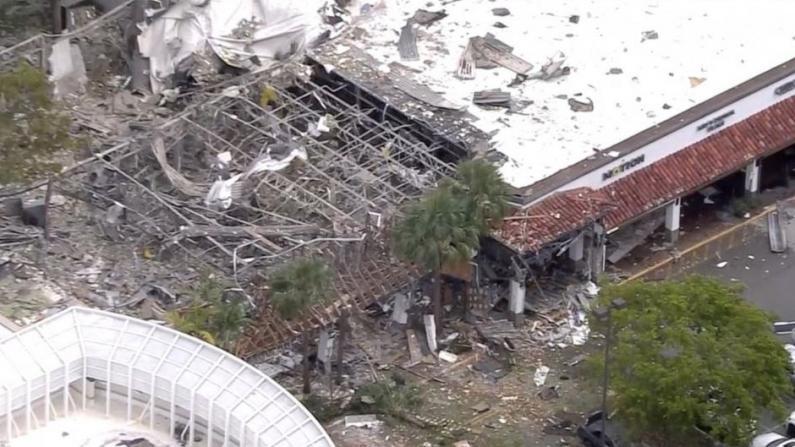 佛州购物中心发生大爆炸 现场一片废墟