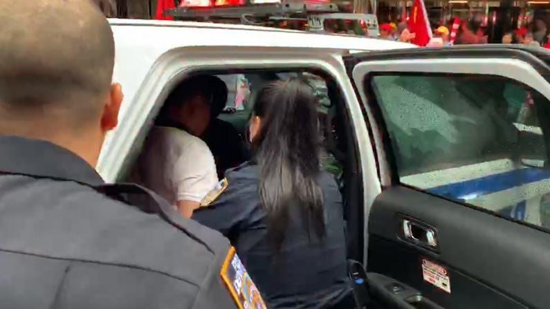 警察铐走人 蔡英文纽约下榻酒店外场面失控
