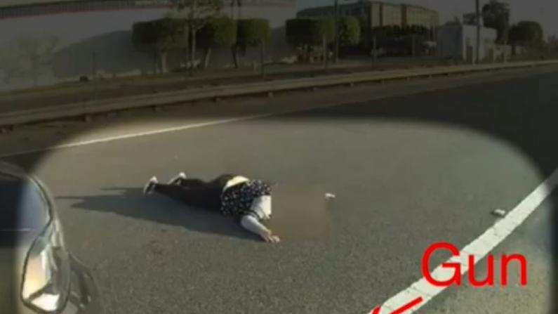 女孩因拿仿真枪瞄警察被击毙