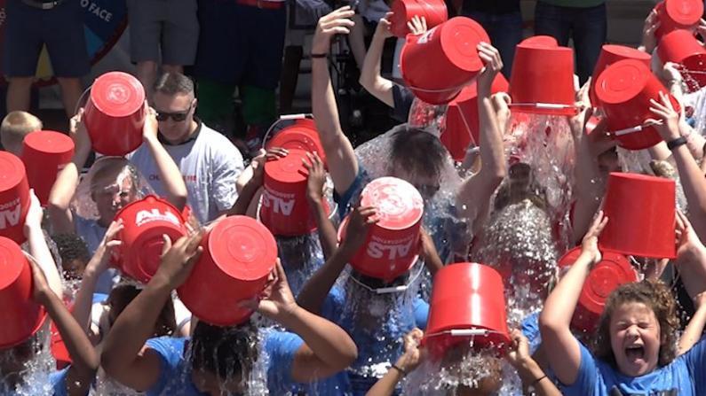 有种冷叫波士顿百人冰桶大挑战