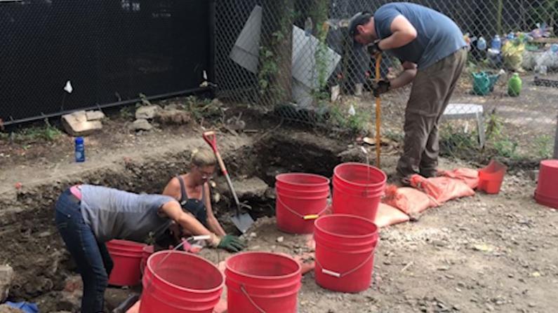 波士顿华埠考古大发现 一周挖出近200件物品